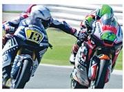 芬拿迪(左)在比賽時疑報復,伸手按向對手煞車掣,賽後遭所屬車隊即時解僱。(網上圖片)