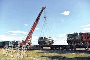 中國軍方昨日運送參加俄羅斯「東方-2018」軍事演習的裝甲車輛等武備,到後貝加爾邊疆區楚戈爾訓練場。(中新社)