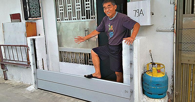 鯉魚門馬環村村民周先生說,去年「天鴿」風災後,政府部門協助他加高寓所門前的擋水板,由原來只能半米高,加至可高達1.2米。(鍾炳然攝)