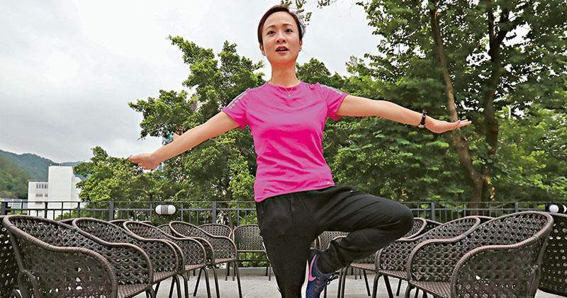 陳凱欣近日經常身穿運動服亮相,她說自己平時湊小朋友和買餸都會這樣穿著。被指用健康大使來做選舉宣傳,陳凱欣說5月已答應做健康大使,又說自己向來有做運動,包括游水和跑步,她昨日更向記者示範拉筋。(李紹昌攝)