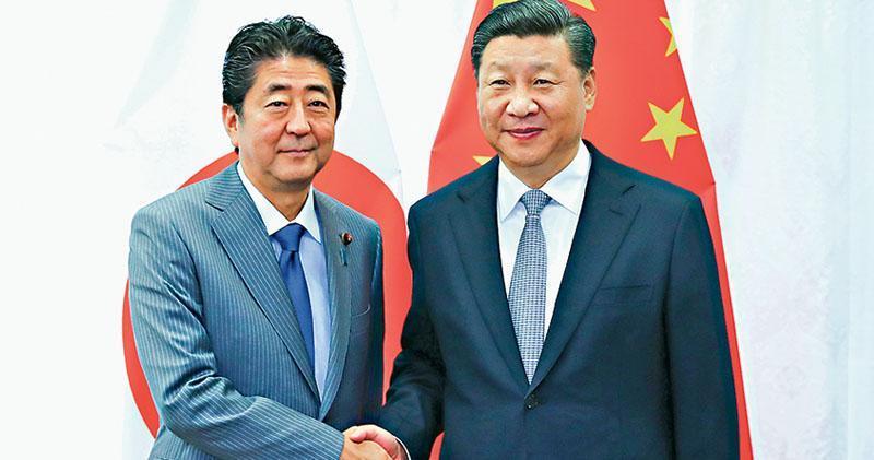 國家主席習近平(右)昨在海參崴與日本首相安倍晉三(左)會晤,雙方都同意在目前新形勢下,中日合作空間進一步擴大。(新華社)