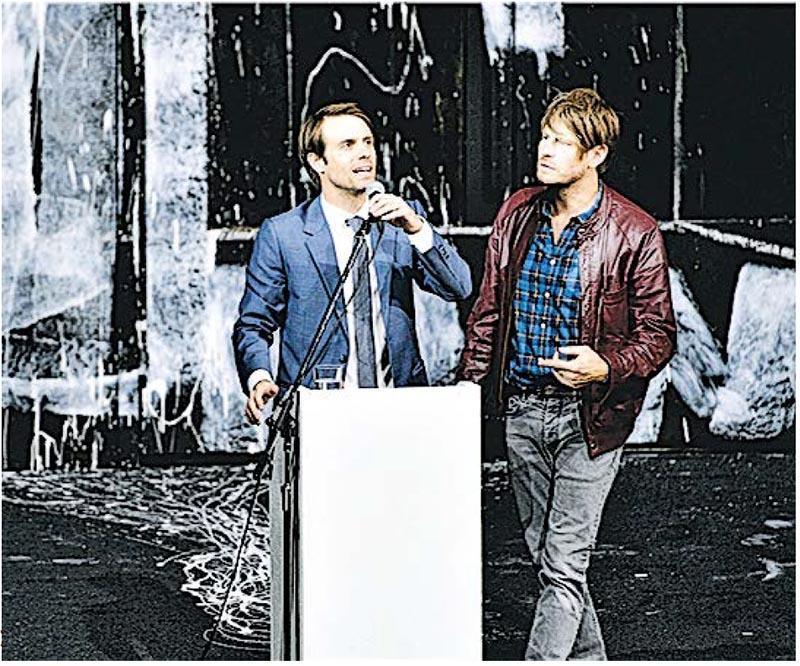 德國邵賓納劇院將《人民公敵》背景改到現代德國,圖為男主角斯多克芒醫生(右)與哥哥彼得市長(左)有不同意見。(網上圖片)