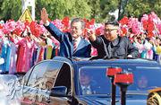 韓國總統文在寅(左)昨與朝鮮領導人金正恩(右),坐專車出席平壤巡遊。在機場的歡迎儀式上,朝鮮人民軍發了21響禮炮並以「閣下」尊稱韓國總統,皆為史上首次。2000年、2007年峰會時,金正日政府只安排了儀仗隊。(路透社)