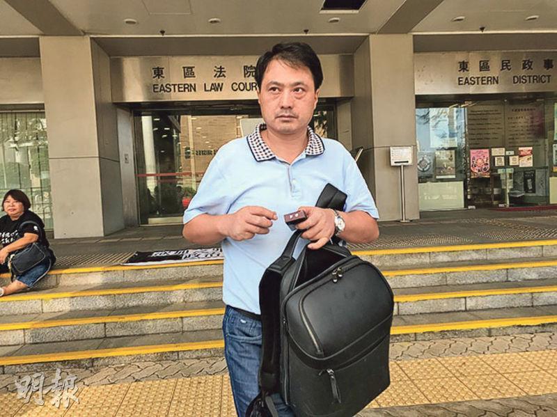 報稱公司董事的被告江敦海,持雙程證來港,涉於高院內偷拍法官相貌,稱因覺得香港法官裝扮有趣。他被控藐視法庭,昨獲准保釋候審,但不得離港。(何進康攝)