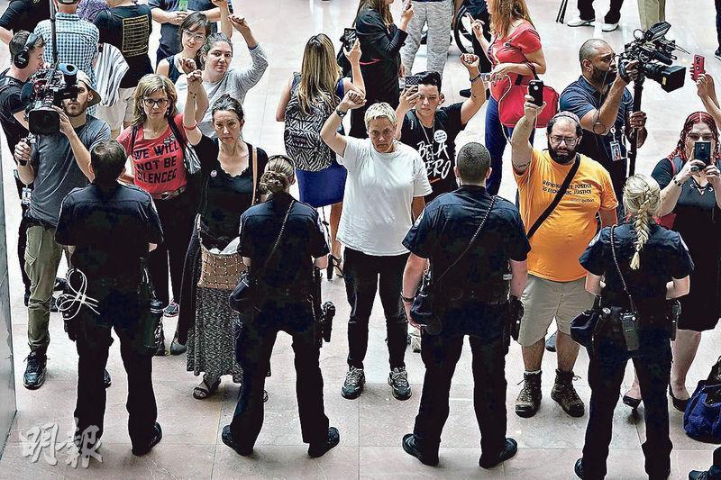 有示威者周四到參議院司法委員會主席格拉斯利於國會山莊的辦公室外大叫口號,反對卡瓦諾的最高法院大法官提名。(法新社)