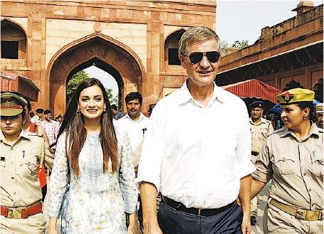 被轟外遊及花費過度的聯合國環境署主管索爾海姆(最前)今年6月造訪印度泰姬陵。(網上圖片)