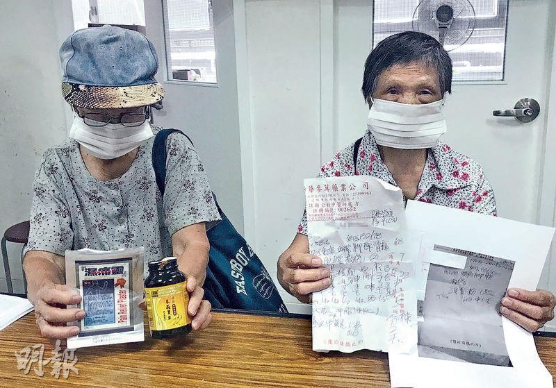 李婆婆及王婆婆(化名)分別於同一間藥行以醫療券看中醫,李婆婆(右)認為有關藥方是「煲湯料」,收費昂貴;王婆婆(左)憶述一到藥行,店員叫她先交出身分證才把脈。二人展示求診後獲得的藥物及單據。(湯曉津攝)