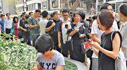 小一自行分配學位階段昨起接受申請,早上接近9時,九龍塘傳統名校喇沙小學門外出現人龍,不少家長盼在上班前為子女遞交入學申請表。(劉焌陶攝)