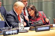 美國總統特朗普(左)與駐聯合國大使黑利(右)周一出席聯合國會議。(路透社)