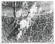 二戰時德國柏林遭受盟軍猛烈轟炸,硝煙處處。(網上圖片)