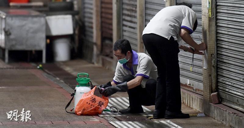 彩雲邨街市昨晚各處有清潔工人清潔,並放置鼠藥,垃圾站清潔後也較整潔,坑渠上有網封閉。(馮凱鍵攝)