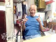 彩雲邨居民林先生昨用手向記者展示他家今年4月捕獲的老鼠體型,連尾巴身長約30厘米。(黃心悅攝)
