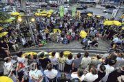 佔領運動昨踏入4周年,多個民間組織昨在金鐘政府總部「連儂牆」外舉行紀念集會,不少出席者舉起黃傘(圖),並在下午5時58分、即警方當年發射催淚彈的一刻,默站3分鐘。(楊柏賢攝)