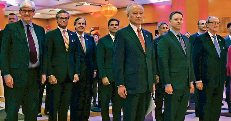 27日晚,中國駐美國大使館舉行國慶招待會,美國白宮國安會亞洲事務高級主任波廷傑(前左二)、北卡羅來納州共和黨聯邦眾議員皮坦格爾(前左三)等各界人士出席。駐美大使崔天凱(前左一)致辭時指,中美關係何去何從,再一次需要做出歷史性選擇。(中新社)