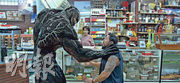 毒魔亦正亦邪,眼見賊人打劫雜貨店,牠即現身制止,更把對方一口吞掉。