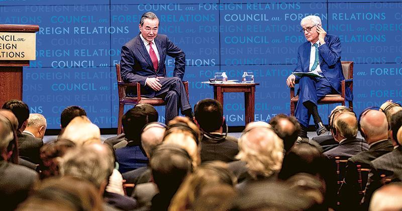 國務委員兼外長王毅(左)上周五在紐約出席美國重要智庫外交關係協會的活動,他在演講中強調中國「既不會成為美國,不會挑戰美國,更不會取代美國」。(新華社)
