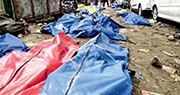 印尼蘇拉威西前日發生7.5級地震並觸發高達6米海嘯,重災區帕盧市沿岸數以百計民眾喪生,救援人員昨要將罹難者遺體暫時擱在地上(圖)。(路透社)