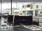 強颱風「潭美」昨日吹襲沖繩,與那原町有車輛被吹翻。(網上圖片)
