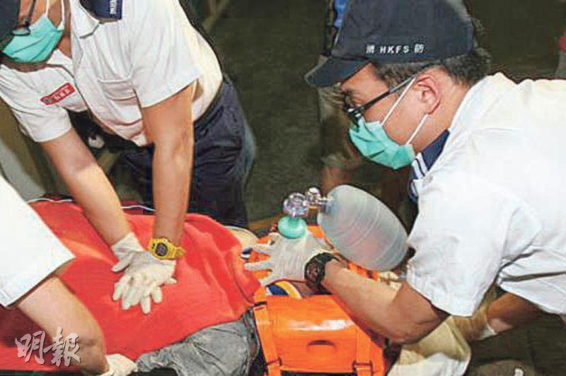 膠囊復蘇器常用於急救,除了覆蓋病人的面罩、可用手按壓的氣泵外,還有一個收集氧氣的袋,復蘇器連接氧氣樽後,氧氣會充滿該袋,再按壓氣泵,便可向病人供氧。(資料圖片)