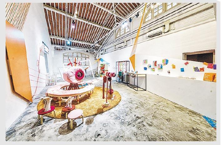 獨立策展人無固定合作團隊,每次籌劃展覽,余迪文扮演着既要聯繫各方、決策,又要「落手落腳」的角色。如策展裝置藝術展覽,他需依靠木工、金工等協助安置展品。