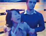 央視記者孔琳琳(左)被指在座談會上與工作人員爭執,遭強行帶離會場。(網上圖片)