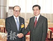 改革開放30周年的2008年,時任國家主席胡錦濤未到廣東。2010年9月深圳經濟特區建立30周年,胡錦濤(右)南下深圳並會見前來慶祝的香港富商李嘉誠(左)。(新華社)