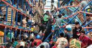 帕盧市一個貨倉周一被災民闖入搬走物資。(路透社)