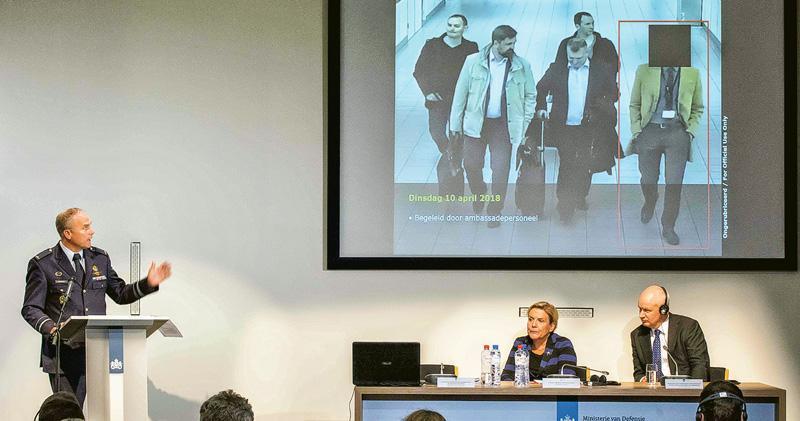 荷蘭反間諜部門主管艾歇爾沙因(左起)、荷蘭國防部長防長比勒韋萊—斯豪滕及英國駐荷蘭大使威爾遜昨出席記者會,披露4名俄羅斯情報人員今年4月持外交護照入境試圖入侵禁止化武組織網絡。(法新社)