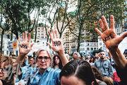 紐約布魯克林逾百人周三參與集會,促煞停卡瓦諾的提名確認程序。(法新社)