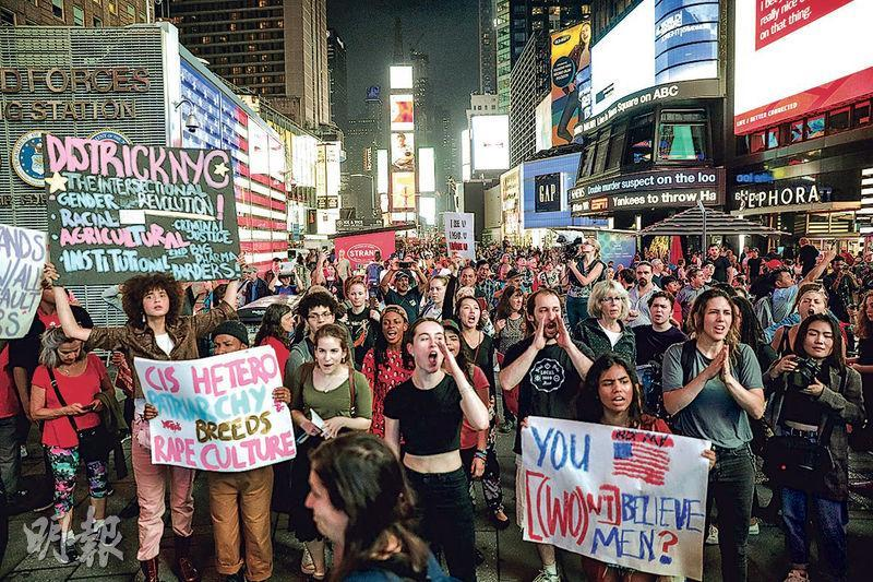 紐約時報廣場周四有民眾示威,反對卡瓦諾獲提名為最高法院大法官及聲援性侵受害人福特。(路透社)