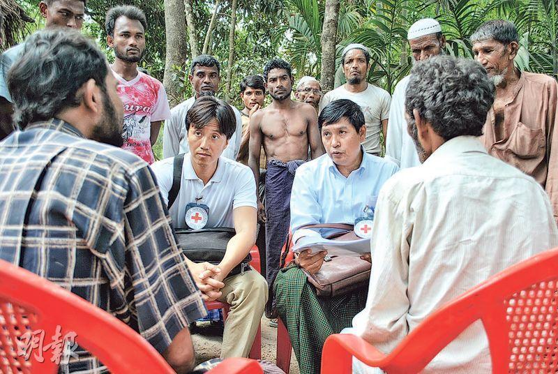 今屆傑青得主葉維昌(圖左白衫者)棄投行工作 ,加入國際紅十字會並在前線參與多項人道工作,包括到緬甸處理羅興亞難民的家庭聯絡工作。(受訪者提供)