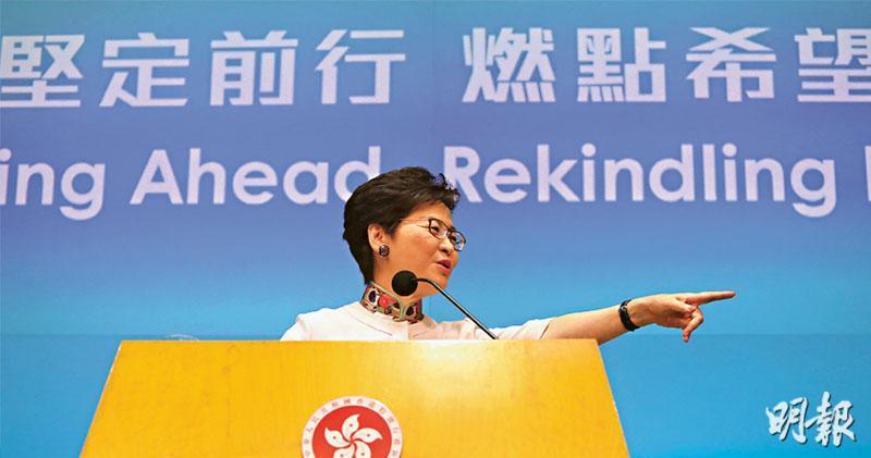 特首林鄭月娥昨早發表任內第二份《施政報告》,主題為「堅定前行  燃點希望」,下午出席記者會(圖)解釋多項措施。對於「明日大嶼」填海計劃涉資龐大,她強調基建的長期規劃不應因眼前的財政考慮而受影響,形容這是「我們負擔得起的開支」,可以為香港經濟發展注入新動力,並為市民提供更好生活。(李紹昌攝)