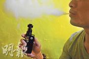 政府又再計劃全面禁止電子煙,有電子煙專門店店員(圖)認為「應該先禁一般香煙」,因醫學界一早確認其害處,反之電子煙的害處仍有爭議。他承認該店會向小學生出售電子煙,因其產品「天然、無尼古丁、無焦油」。(賴俊傑攝)