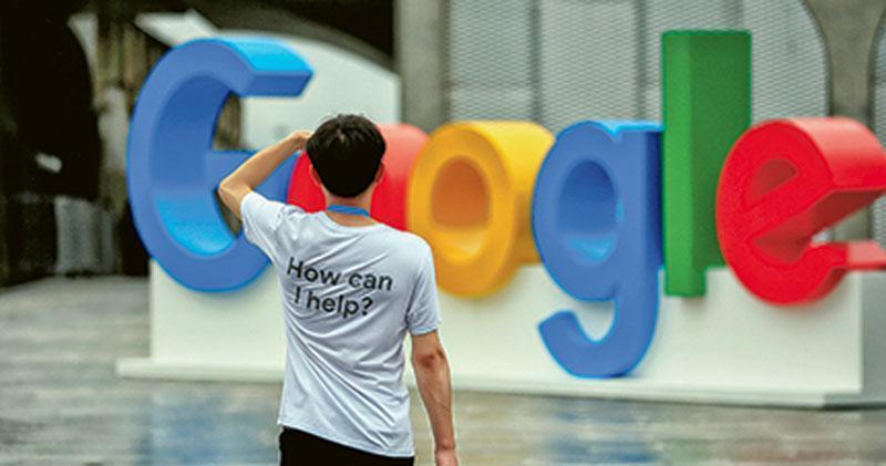 Google尋求重返中國市場,最新曝光消息指該科網巨擘計劃在6至9個月內推出審查版搜尋器,與此前說法有出入,再惹風波。圖為上海上月舉辦「世界人工智能大會」,場中可見Google商標。(路透社)