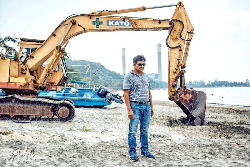 龍鼓灘村村長劉威平表示,如果政府在村前沙灘填海並作特殊工業用途,為了下一代的健康着想,他要與全村搬離這個扎根了300多年的地方。(馮凱鍵攝)