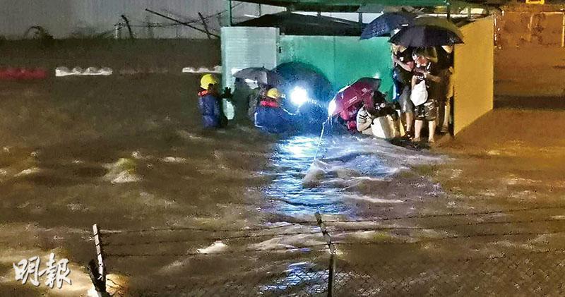 深圳排洪當日凌晨,北區多處嚴重水浸,其中一個重災區坪輋李屋村,有大量黃泥水湧入,水深一度高至成年人胸口,數名市民被困村內垃圾站,要由消防員拉起救生繩救出。(資料圖片)