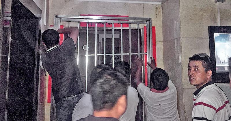 地產中介今年7月派人強行在天則所辦公室大門外焊上鐵門(圖),逼工作人員搬遷。(網上圖片)