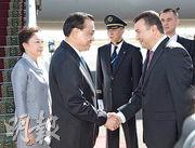 總理李克強(左二)和夫人程虹(左一)昨抵達塔吉克訪問,塔吉克總理拉蘇爾佐達(前右)到機場迎接。(新華社)