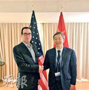 梅努欽(左)周三在Twitter上傳與中國央行行長易綱的合照,稱兩人「討論了重要經濟議題」。(網上圖片)