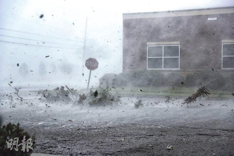 佛州巴拿馬城周三風雨大作。(法新社)
