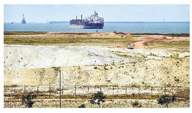 新加坡因填海造地對海外沙粒需求大增,但淘沙對生態造成影響。(網上圖片)