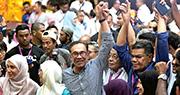 馬來西亞波德申國會補選,人民公正黨候任主席安華(中)大捷,為爭取兩年後接任首相鋪路。圖為他與家人和競選團隊慶祝勝選。(法新社)