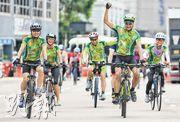 癌症康復者組織「不倒騎士」鼓勵同路人騎單車,昨日組織共有23名參賽者。挑戰30公里賽事的成員在衝線一刻十分興奮,他們是3個月前才決定參賽;血癌康復者盧先生(右二)認為,「其實患病就如大家傷風感冒,堅持面對就會成功,最重要堅持別放棄」。(賴俊傑攝)