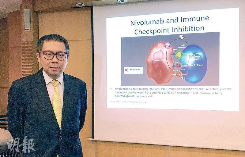 港大醫學院內科學系臨牀副教授邱宗祥(圖)表示,港大利用諾貝爾醫學獎得主研發的「PD-1抑制劑」治療病人,發現可阻隔免疫細胞(藍色)與癌細胞(紅色)結合,重新激活免疫系統攻擊癌細胞,有望推動免疫治療成為肝癌的第一線治療。(許芳文攝)