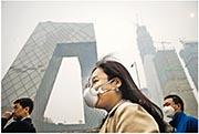 全國政協委員、環保部副部長黃潤秋2018年3月提到,2017年中國的大氣污染治理形勢好轉,例如北京市的PM2.5(微細懸浮粒子)減少約34%。圖為2017年3月北京霧霾嚴重,部分市民外出時戴上防霾口罩。