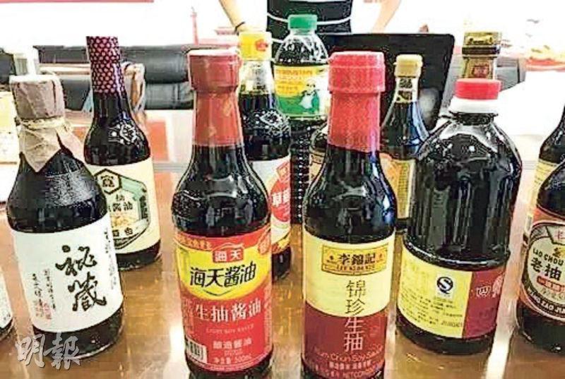 江蘇省消保委近日發布了120款、48個品牌的醬油產品檢測報告,其中29個樣本有國家營養標籤不符檢測結果等問題,包括知名品牌海天(左二)、李錦記(右二)的產品。(網上圖片)