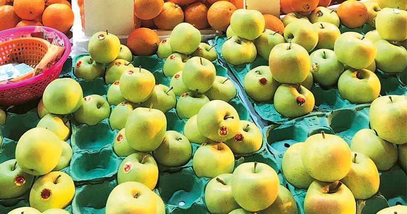 大埔一個水果零售商聲稱出售的日本青森縣王林蘋果,每份4個分別售25元及40元,前日被海關揭發懷疑附有虛假品種說明,62歲男東主被捕。(海關提供)
