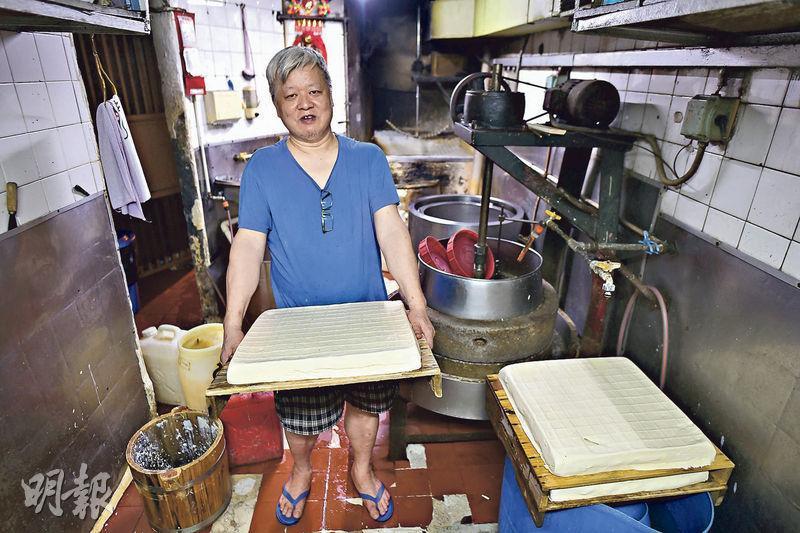 消委會測試顯示,散裝豆腐的平均鈣含量比預先包裝豆腐為高,其中「義香荳腐食品」的含鈣量屬散裝豆腐中最高。負責人新哥稱沒什麼秘訣,只是堅持貨真價實及新鮮製造。他說會用可食用的石膏凝固豆腐,不似預先包裝豆腐用凝固劑。(馮凱鍵攝)