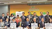 香港吸煙與健康委員會主席鄺祖盛(前排右四)指出,這次有如此多界別人士聯手是「破天荒」,又表示社會各界均希望政府能從速立法全面禁止電子煙。前排左四為梁卓偉,前排右三為林大慶。(黃心悅攝)
