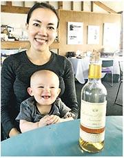 Sarah的兒子Winston自小就表現出對酒有興趣,Sarah說他會「好奇地大力嗅酒的香氣」,又表示從他臉上的笑容看,便感受到兒子是喜歡酒的。(受訪者提供)